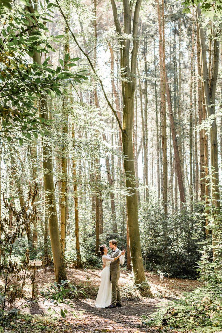 Trouwfotograaf Diksmuide park dansen huwelijk trouwkleed